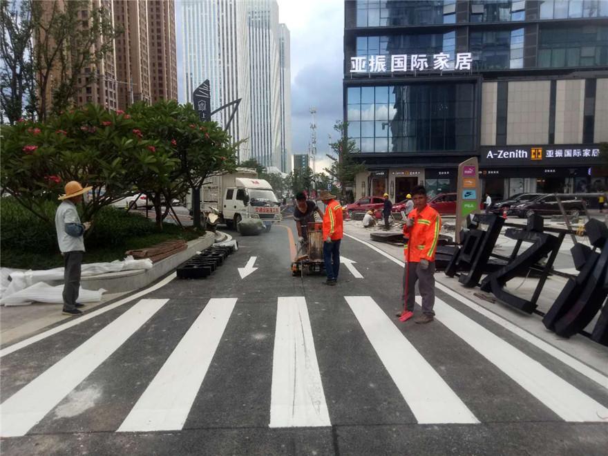绿地中央广场热熔通道标线-飞驰交通